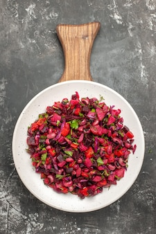Draufsicht leckeren vinaigrette-salat mit bohnen und rüben auf grauer oberfläche