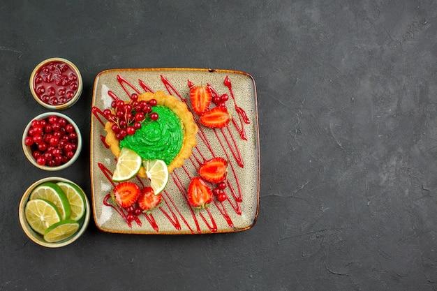 Draufsicht leckerer cremiger kuchen mit erdbeeren auf dem dunklen hintergrund süßer teezuckerdessert