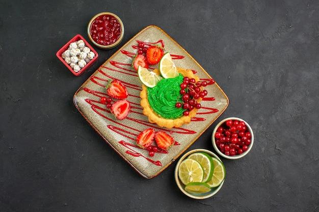 Draufsicht leckerer cremiger kuchen mit erdbeeren auf dem süßen hintergrund süßer zuckerdesserttee