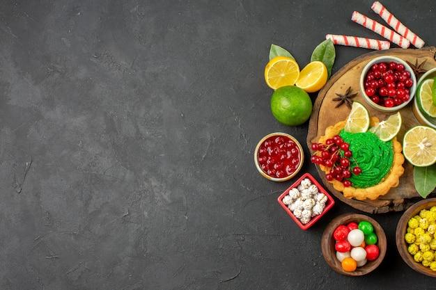 Draufsicht leckerer cremiger kuchen mit früchten auf dunklem hintergrund süßer kekskeksfreier platz
