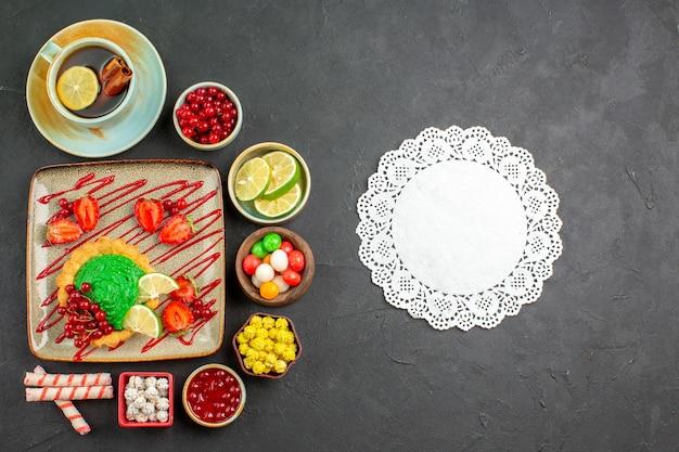 Draufsicht leckerer cremiger kuchen mit früchten auf grauem hintergrunddessertplätzchenkeks süß
