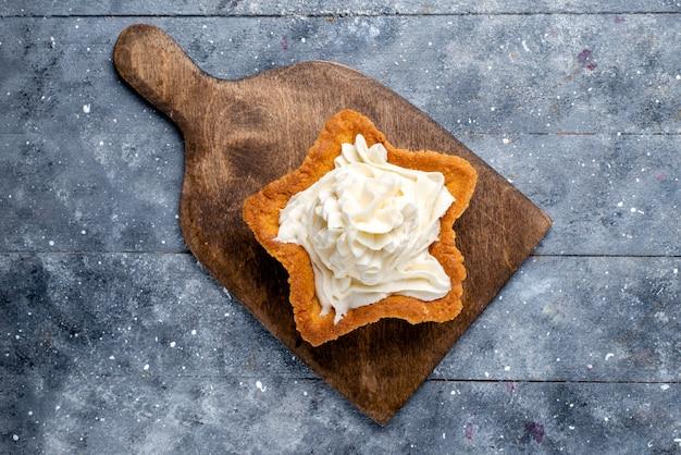 Draufsicht leckerer cremiger kuchenstern geformt auf dem leichten schreibtischkuchen-kekscreme-süßen tee