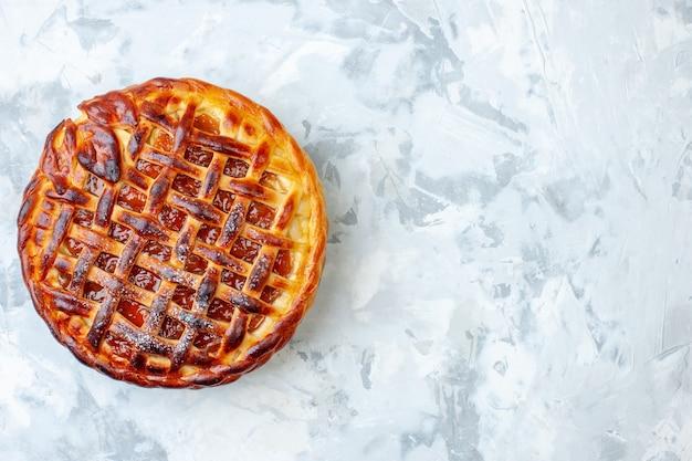 Draufsicht leckerer fruchtiger kuchen mit gelee auf hellem keksplätzchen backen nusskuchen kuchen dessert farbe tee