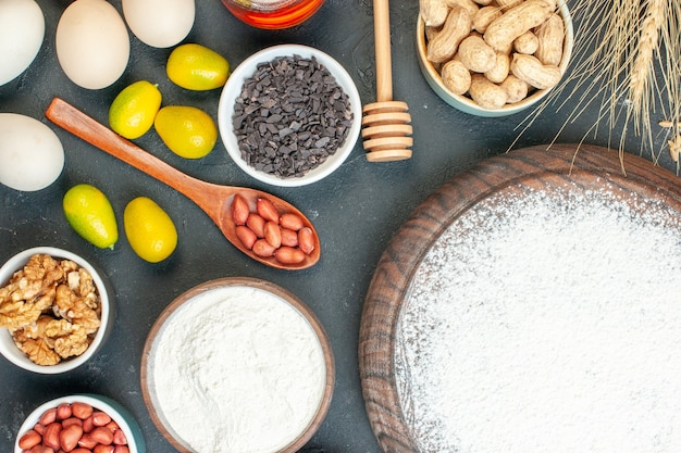 Draufsicht leckerer fruchtiger kuchen mit mehl und nüssen auf dem dunklen fruchtsüßkuchen zuckerteegebäck dessert kekskuchen