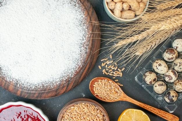 Draufsicht leckerer fruchtiger kuchen mit mehl und nüssen auf dunklem obst süßer kuchen zuckergebäck dessert kekskuchen