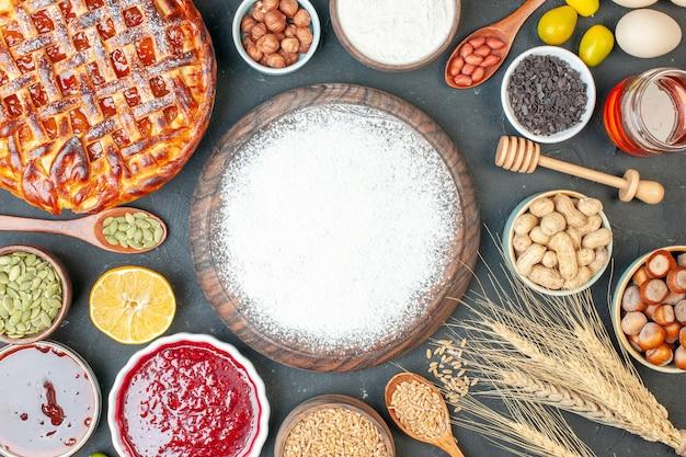 Draufsicht leckerer fruchtiger kuchen mit mehlmarmelade und nüssen auf dunklem keks süßer kuchen keks zuckerkuchen teegebäck dessert