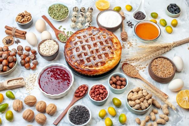 Draufsicht leckerer geleekuchen mit eiern und nüssen auf hellem tee backen kekskuchen brötchen dessert keks bäckerei kuchen