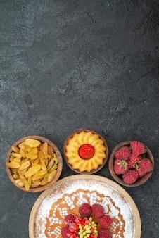 Draufsicht leckerer himbeerkuchen mit rosinen auf grauer oberfläche zuckerkeksplätzchentee süßer kuchenkuchen