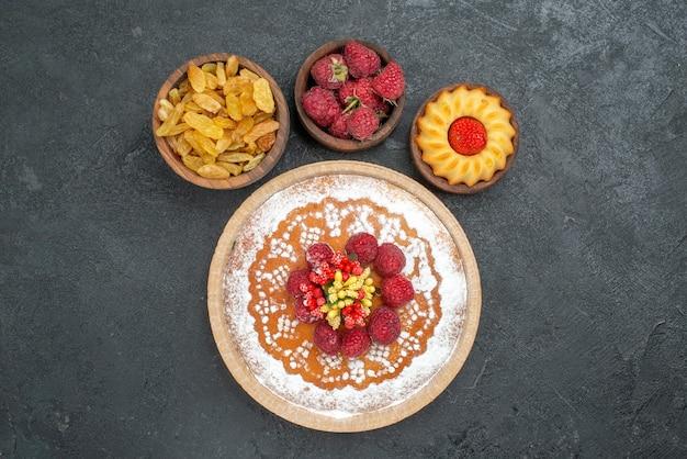 Draufsicht leckerer himbeerkuchen mit rosinen auf grauer oberfläche zuckertee kekskuchen cookie süße torte