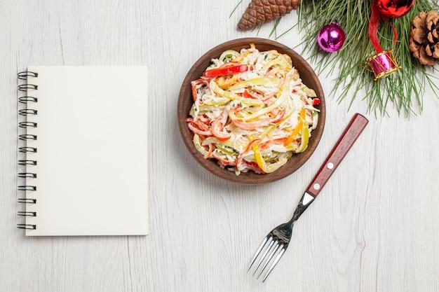 Draufsicht leckerer hühnersalat mit mayyonise und geschnittenem gemüse auf weißem schreibtisch frischer salatfleischmahlzeitsnack