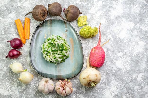 Draufsicht leckerer kohlsalat mit frischem gemüse auf weißem tisch
