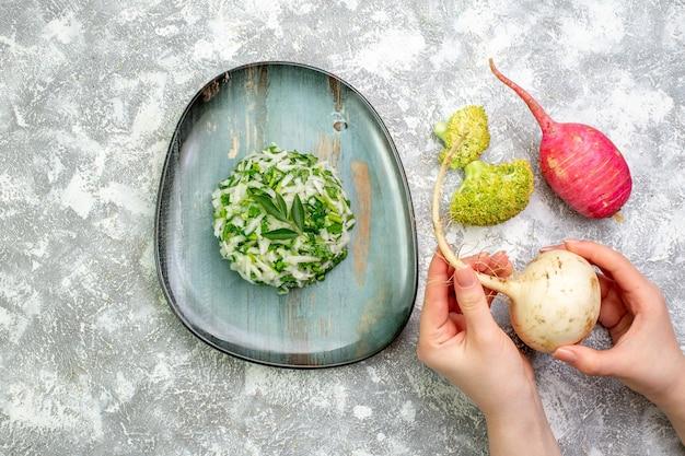 Draufsicht leckerer kohlsalat mit rettich auf weißem tisch