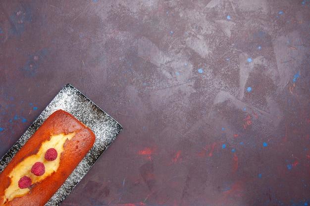Draufsicht leckerer kuchen lang geformter innenteller auf dunklem oberflächenkuchen-zucker-keks-teig-keks