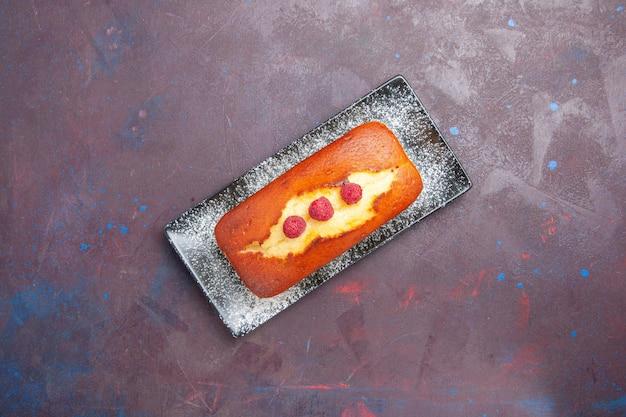 Draufsicht leckerer kuchen lang geformter innenteller auf dunklem schreibtischkuchen zuckerkeks-teig-kekstorte
