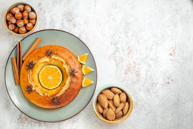 Draufsicht leckerer kuchen leckeres dessert für tee mit orangenscheiben auf weißem hintergrund obstkuchen kuchen tee keks süßes dessert