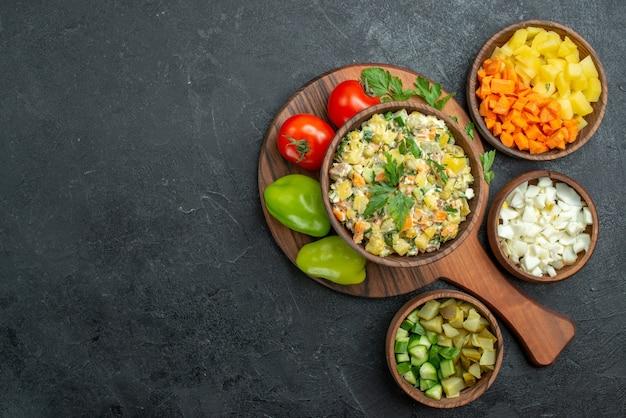 Draufsicht leckerer mayonaonaise-salat mit frischem gemüse auf schwarz