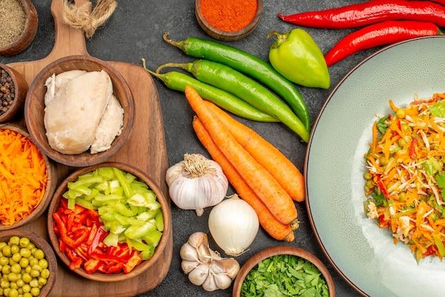 Draufsicht leckerer salat mit frischem gemüse auf grauer diätsalatgesundheit