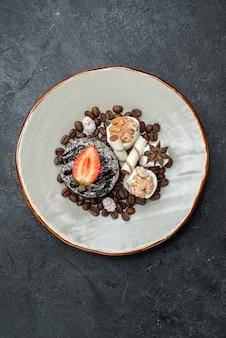 Draufsicht leckerer schokoladenkuchen mit schokoladenstückchen auf der grauen oberfläche