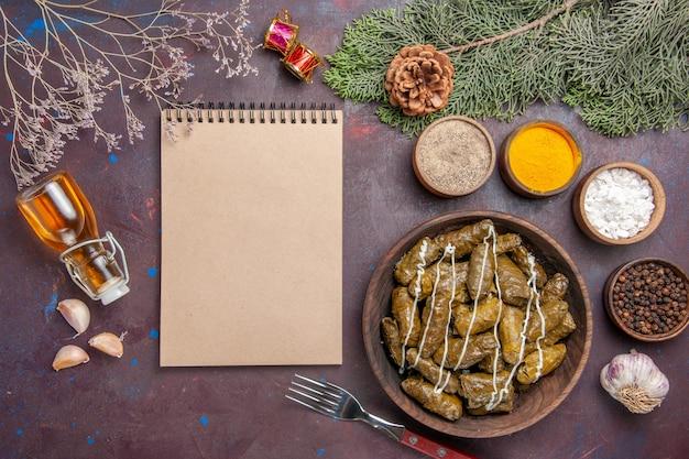 Draufsicht leckeres blatt dolma fleischgericht mit gewürzen auf dunklem schreibtisch