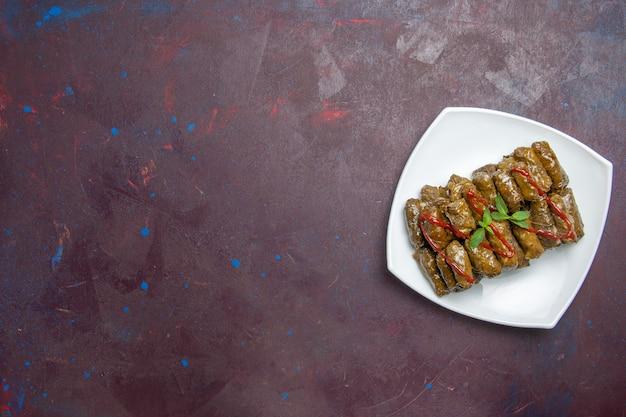 Draufsicht leckeres blatt dolma hackfleisch gericht innerhalb platte auf dunklem boden