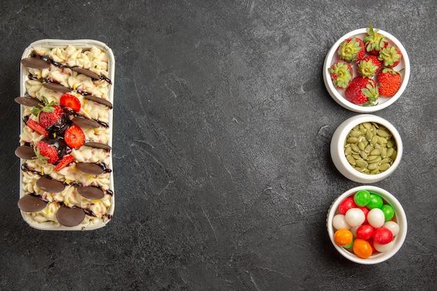 Draufsicht leckeres dessert mit keksen und erdbeeren auf dunklem hintergrund nusskeks süße früchte cookie zucker