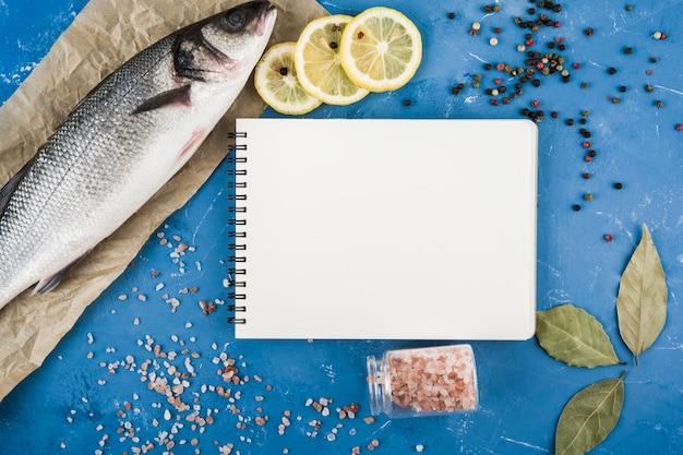 Draufsicht leckeres essen mit notizbuch