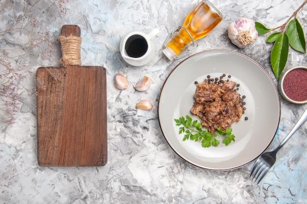 Draufsicht leckeres fleischgericht mit soße auf dem weißen tischmahlzeit-abendessen-fleischgericht