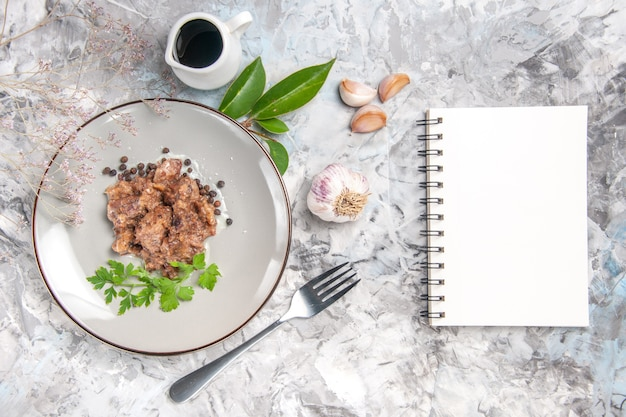 Draufsicht leckeres fleischgericht mit soße auf einem hellen weißen tischmahlzeit-abendessen-tellerfleisch
