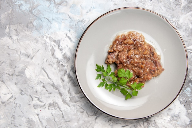 Draufsicht leckeres fleischgericht mit soße auf hellweißem tisch