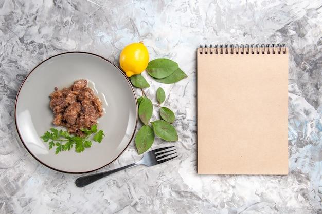 Draufsicht leckeres fleischgericht mit soße auf hellweißem tischessengerichtsmahlzeitfleisch