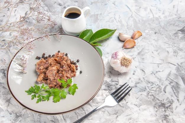 Draufsicht leckeres fleischgericht mit soße auf weißem boden mahlzeit abendessen fleischgericht