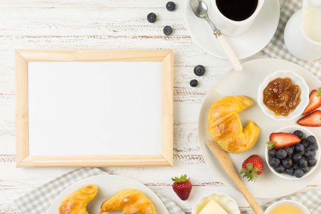 Draufsicht leckeres frühstück mit board