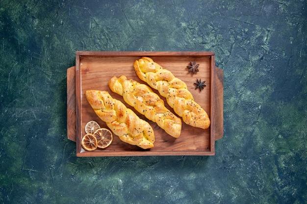Draufsicht leckeres gebäck auf dunkelblauem hintergrund teigkuchen kuchen ofen tee farbe süßer hotcake backen