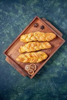 Draufsicht leckeres gebäck auf einem dunkelblauen hintergrund teigkuchen kuchen ofen tee süße hotcake backfarbe