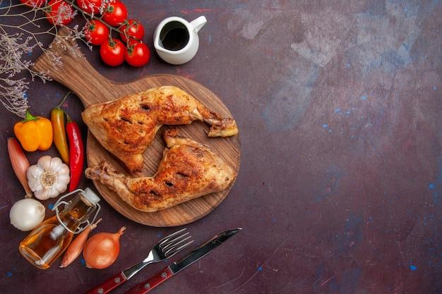 Draufsicht leckeres gebratenes huhn mit frischem gemüse und gewürzen auf dunklem hintergrundnahrungsmittelhühnermahlzeitgemüsefleisch