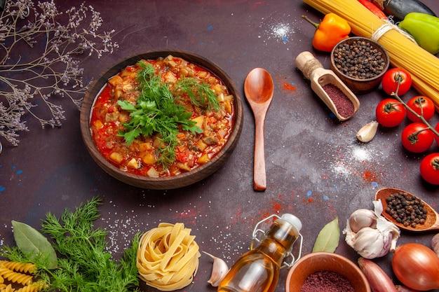 Draufsicht leckeres gekochtes gemüse geschnittene soße mahlzeit mit gewürzen auf dunkler oberfläche mahlzeit suppe sauce essen abendessen gericht