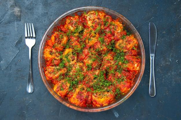 Draufsicht leckeres gekochtes gemüse mit hackfleisch und grüns in der pfanne auf blauem gericht mahlzeit fleisch familientisch küche essen