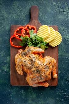 Draufsicht leckeres gekochtes hühnchen gewürzt mit kartoffeln und geschnittenem pfeffer auf dunklem hintergrund fleischfarbe gericht abendessen essen grill