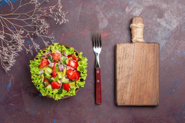 Draufsicht leckeres gemüsesalat geschnittenes essen mit frischen zutaten auf dunkelheit
