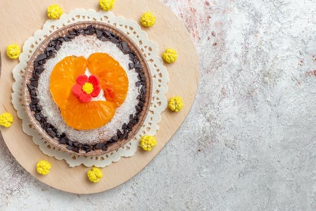Draufsicht leckeres kuchendessert mit geschnittenen mandarinen auf weißem hintergrund obstkuchen dessert kekscreme