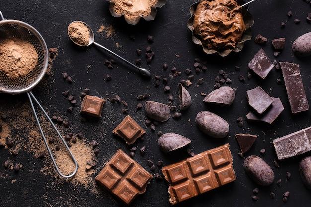 Draufsicht leckeres schokoladendessert bereit, serviert zu werden
