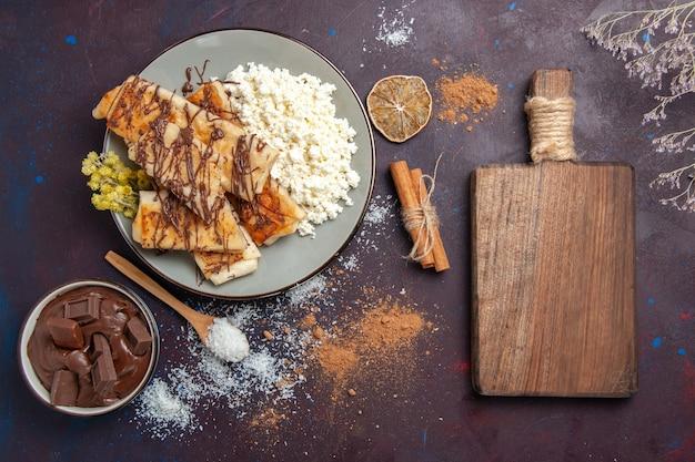 Draufsicht leckeres süßes gebäck geschnitten mit hüttenkäse auf dem dunklen hintergrundplätzchenkekszuckergebäck süßer kuchen