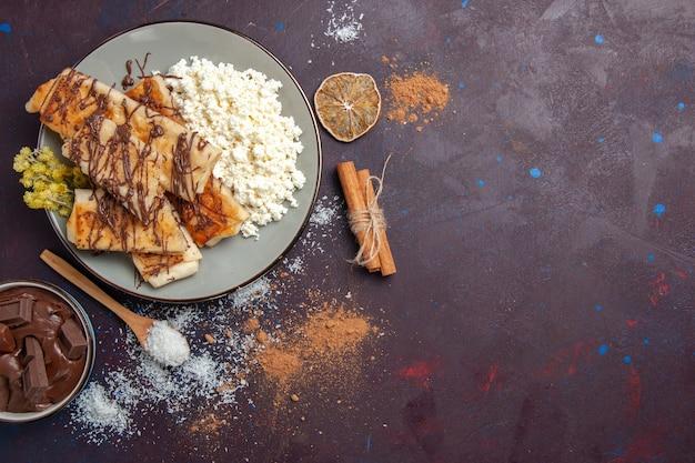 Draufsicht leckeres süßes gebäck geschnitten mit hüttenkäse auf dunkelviolettem hintergrund tee-keks-kekszucker-kuchen