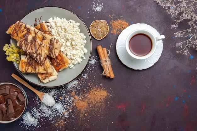 Draufsicht leckeres süßes gebäck geschnitten mit hüttenkäse auf dunklem hintergrund kekse kekszuckergebäck süßer kuchen