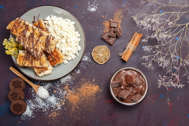 Draufsicht leckeres süßes gebäck mit hüttenkäse auf dunklem hintergrund gebäckkekskuchenzuckersüßtee Kostenlose Fotos
