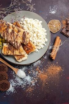 Draufsicht leckeres süßes gebäck mit hüttenkäse und keksen auf dunklem hintergrundplätzchenkekszucker süßer kuchentee