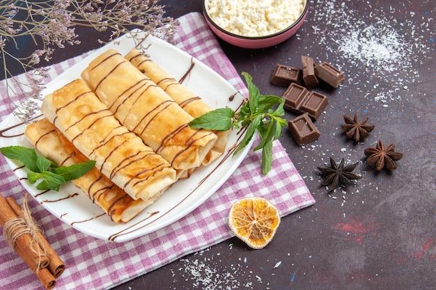 Draufsicht leckeres süßes gebäck mit hüttenkäse und marmelade auf dunklem hintergrundplätzchenkekszucker süßer kuchentee