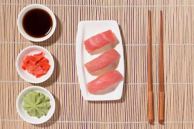 Draufsicht leckeres sushi mit wasabi und frischem ingwer