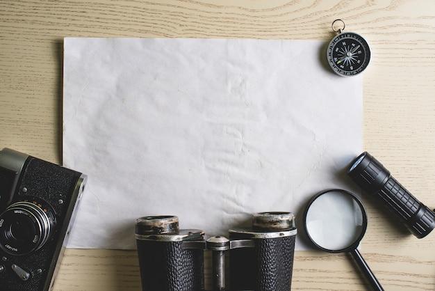 Draufsicht leere papier mit reise-elemente