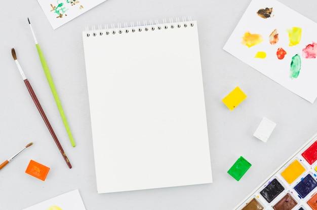 Draufsicht leeres notizbuch mit anstrichmittel